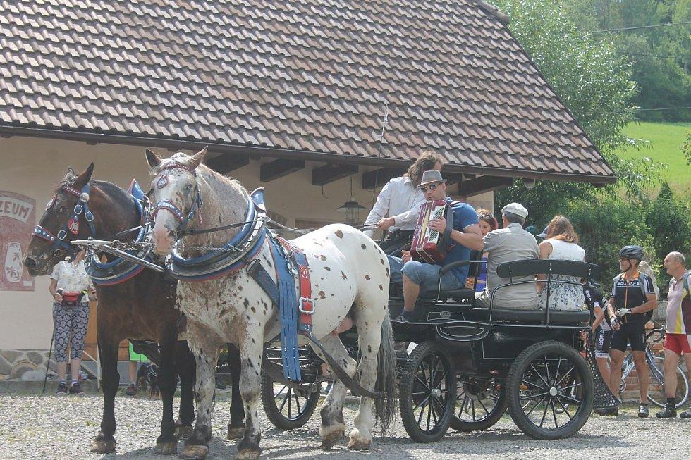 Annín si o pouti zvolil novou královnu. První královna Lucie Hájková, v modrých šatech, po volbě předala vládu nově zvolené kandidátce - Ludmile Koželuhové.