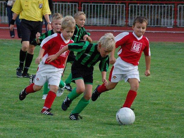 Ve druhém kole okresního přeboru přípravky mladší podlehli malí fotbalisté TJ Klatovy B (v červeném) doma Nýrsku 0:9.
