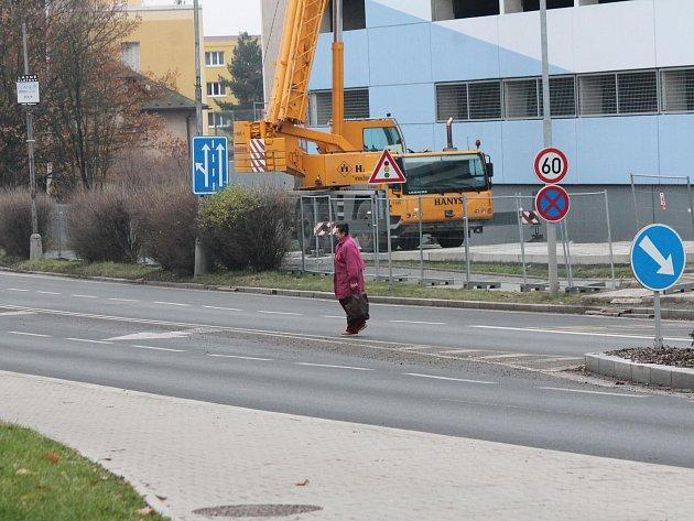 Uzavírka chodníku u parkovacího domu Klatovské nemocnice
