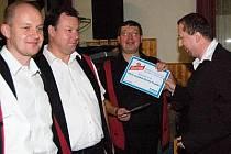 Certifikát Muzikant roku převzal od šéfredaktora Milana Kiliána (vpravo) kapelník Josef Nauš.