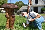 Sergej Blaginin a některé z jeho soch vyřezaných motorovkou.