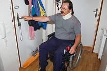 Vozíčkáře Jiřího Doseděla čekalo po otevření bytu nepříjemné překvapení.