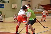 Florbalisté Klatov (v zelených rozlišovacích dresech) v zápase proti rezervě Slavie Plzeň.