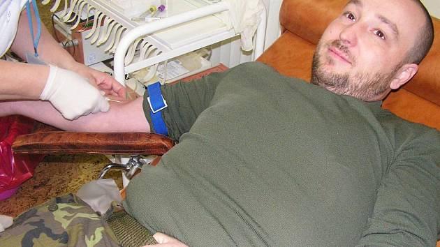 """Rotmistr Dalibor Jedlička daruje krev od svých 25 let. """"Kdyby má krev měla pomoci jen jednomu člověku, pak má moje dárcovství smysl,"""" vysvětluje."""