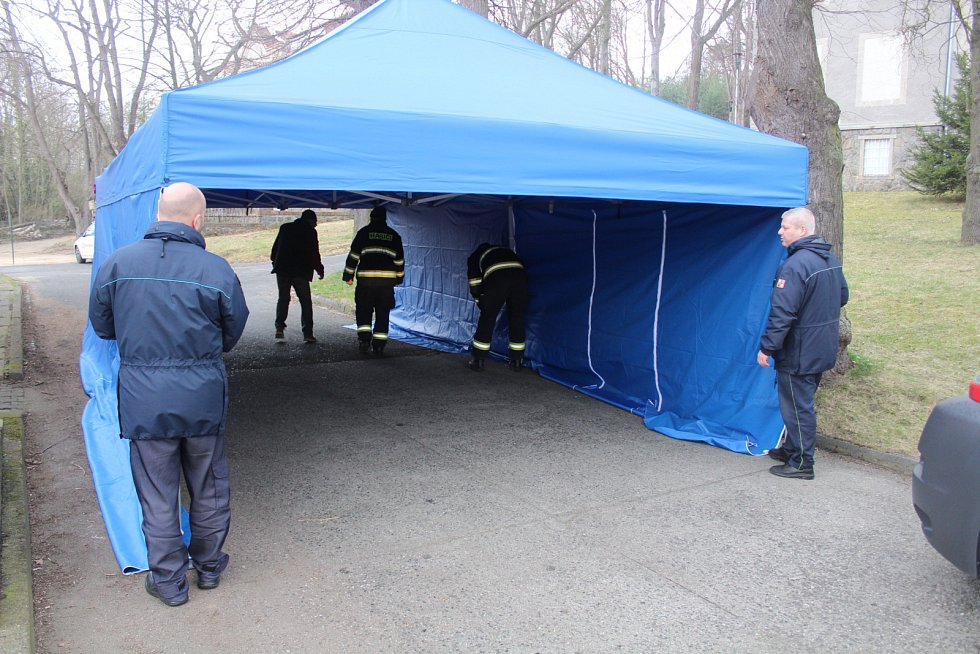 Budování odběrového místa v Klatovské nemocnici.