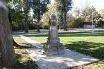 Pomník národní svobody s podobiznou T. G. Masaryka v Měcholupech