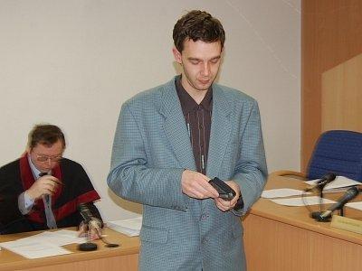Tomáš Kuchárik, který váží podle svých slov 64 kg, jako násilník nevypadá. Za ublížení na zdraví mu ale hrozí až dva roky vězení.
