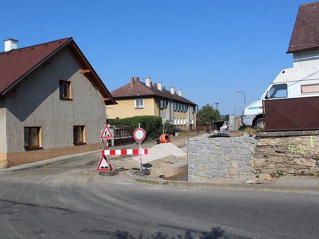 """Strážovští opravují ulici """"Na Pandrousku"""""""