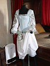 Středověké oděvy Veroniky Pilné na hradech Švihov a Velhartice.