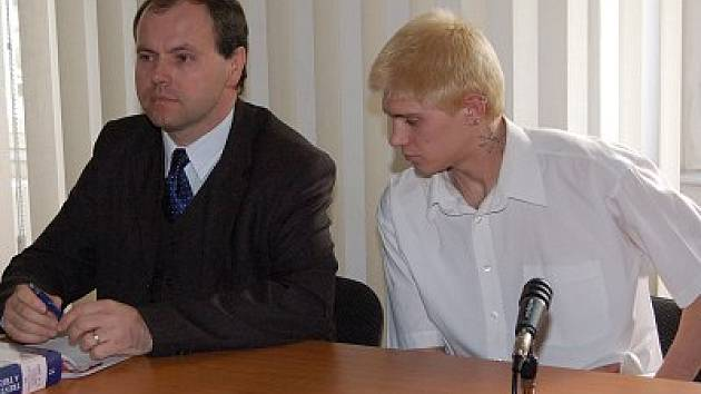 Jiří Huc, kterému soud zabavil jeho BMW, u hlavního líčení se svým advokátem Rostislavem Netrvalem