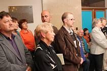 Vernisáž výstavy o Jaroslavu Seifertovi zaplnila předsálí klatovského kulturního domu.