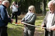 Pásku přijel přestříhnout i ředitel Národního parku Šumava Jan Stráský (vlevo).