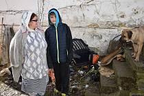 Zdeňka Schlirfová ze Struhadla se synem Fabianem a jejich vyhořelý dům.
