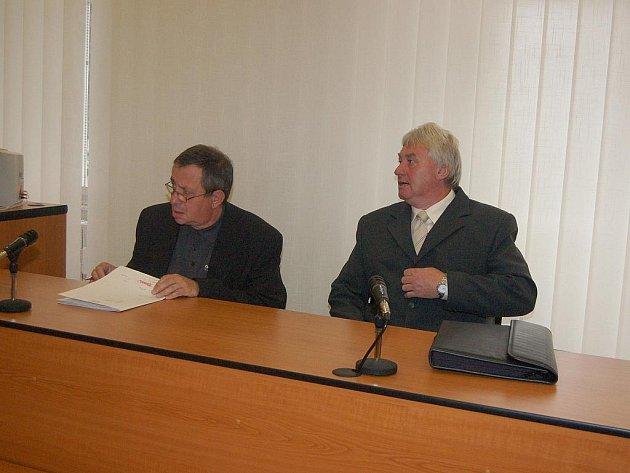 Václav Toman (vpravo) z Klatov se u soudu zodpovídá ze smrti dítěte, které zabila karma, již v bytě před lety instaloval.