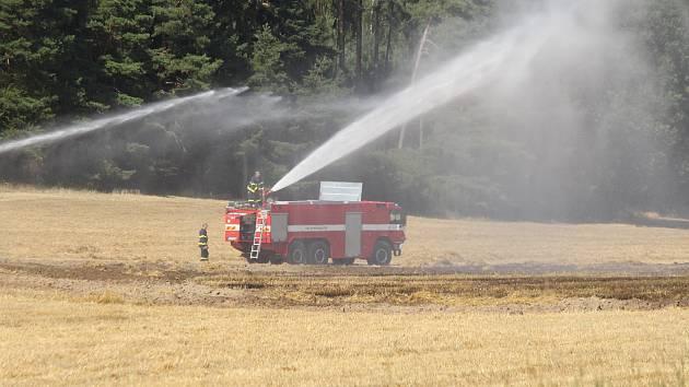 Požár pole u Kokšína