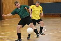 Zimní amatérská liga mužů v sálové kopané: ST Smrk Klatovy (ve žlutém) - Real Hybrid 6:1.