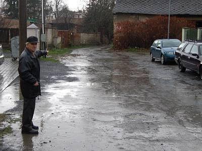 Obyvatelé Aretinovy ulice už deset let bezvýsledně žádají město o úpravu povrchu. Na snímku Štěpán Královec.
