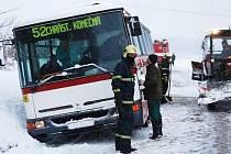 Autobus plzeňské linky č.. 52 zůstal stát mezi Plzní a Chrástem. Než jej hasiči vyprostili, čekali cestující uvězněni ve voze.