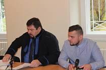 Obžalovaný Radovan Madera (vpravo) se svým advokátem u soudu v Klatovech.