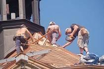 Opravy střechy plánického kostela jsou v plném proudu