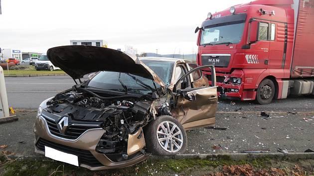 Střet osobního a nákladního vozu v Klatovech.