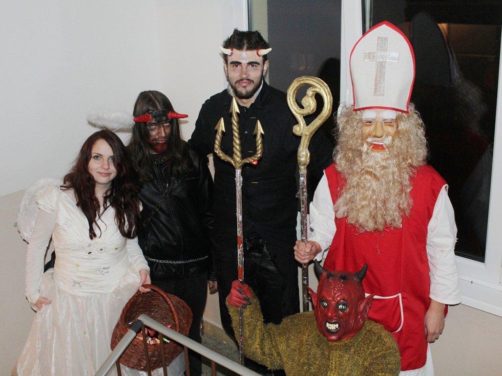 Čerti, anděl a Mikuláš v Klatovech.