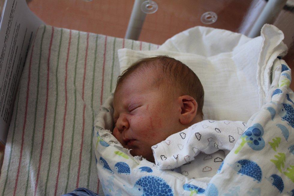 Vítek Cibulka zNezdic se narodil vklatovské porodnici 15. června v16:40 hodin (3700 g, 51 cm). Rodiče Nikola a David dopředu věděli, že tříletému Matyášovi přivezou domů malého brášku.