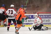 Šumavská liga amatérského hokeje HC Čápi (bílé dresy) – AHC Vačice.