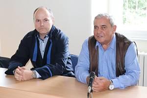 Farmář Václav Bílek (vpravo) s obhájcem u klatovského soudu.
