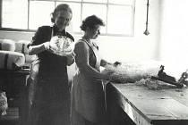 Pracovníci sklárny v Anníně v 60. letech.