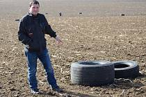 Starosta Číhaně Josef Srb ukazuje pneumatiky