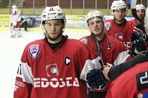 Hokejisté SHC Klatovy (na archivním snímku hráči v červených dresech) doma v sobotu zdolali Havlíčkův Brod (bílé dresy) 4:3.