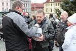 Motorkáři se na Štědrý den sjeli u vánočního stromu v Klatovech a uspořádali sbírku pro tamní Domov sv. Zdislavy pro matky s dětmi v tísni.
