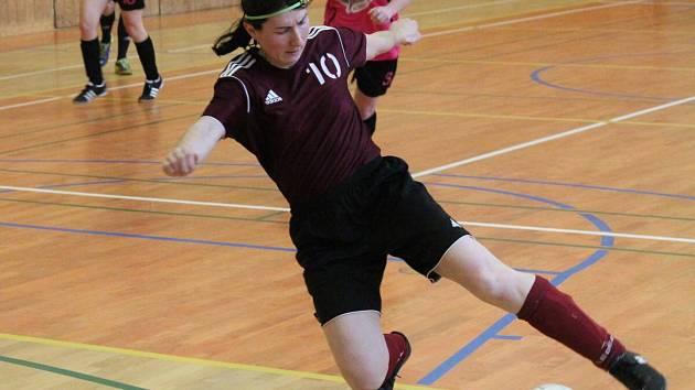 Zimní dívčí amatérská fotbalová liga: Kobra Stars (růžové dresy) - Andělky Velký Bor 4:7