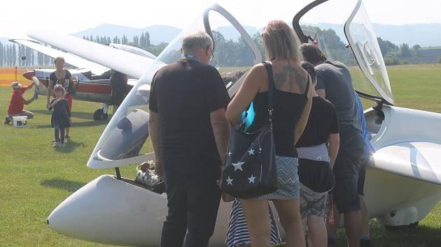 Letos klatovské letiště uspořádalo dvoudenní akci otevřených dveří, během kterého mohli zájemci využít vyhlídkové lety či tandemový seskok.