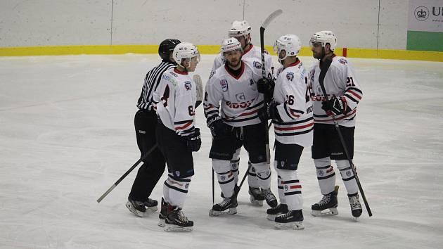 Hokejisté Klatov zvítězili v sobotu na ledě HC David Servis České Budějovice vysoko 8:3 a v novém ročníku druhé ligy si připsali na své konto první vítězství.