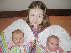 Sandra (vlevo) a Šarlotka Polákovy z Drslavic se narodily 14. března v klatovské porodnici. První přišla na svět v 10.31 hodin Sandra (2470 gramů, 46 cm),  pět minut po ní Šarlotka (2025 gramů, 44 cm). Tatínek Pavel přivítal holčičky na svět společně s ma