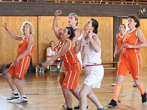 Mistrovství ČR veteránů 2018 v basketbalu: ženy 40+: Pražský sběr (bílé dresy) - Sochy Beroun