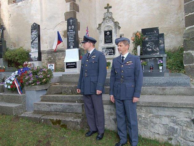 """Píseň """"Škoda lásky"""" zahájila v sobotu odpoledne slavnostní setkání u příležitosti odhalení pamětní desky na hrobu kapitána letectva Ludvíka Krále, který odpočívá na hřbitově v Nezamyslicích"""