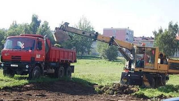 Stavební práce na parkovišti u sídliště Na Chuchli odstartovaly v pondělí. Řidiči zaparkují v těchto místech bezpatně už od září.