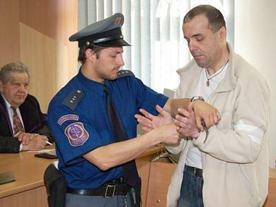 Václava Englera, který vystudoval speciální pedagogiku, přivezla k soudu eskorta z plzeňské vazební věznice na Borech, kde je už od podzimu.