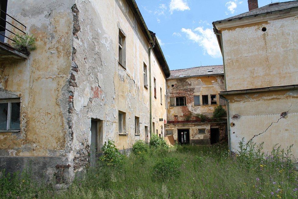 Bývalý hotel Bílá růže na náměstí v Kašperských Horách