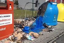 Jeden z kontejnerů, které v Klatovech zapálil 1. dubna žhář.