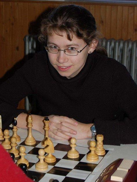 Šachistka Kateřina Čedíková z Šachklubu Klatovy zvládala při tradičním bleskovém turnaji partie i organizační povinnosti.