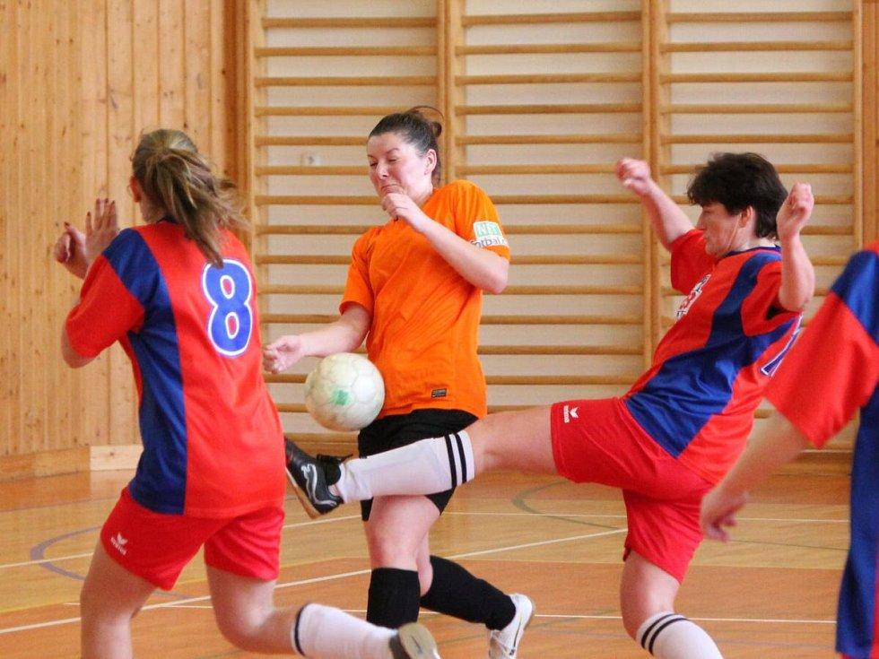 Zimní dívčí amatérská fotbalová liga: Šelmy Blovice (červené dresy) - Plánice 1:5