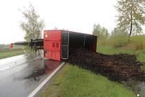 Nehoda traktoru s vlekem u Nýrska.