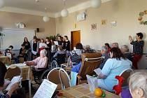 Setkání žáků a seniorů v Újezdci.