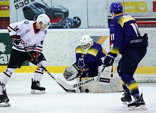 Klatovští hokejisté (na snímku hráči vbílých dresech) zvítězily na jihu Čech 9:7.