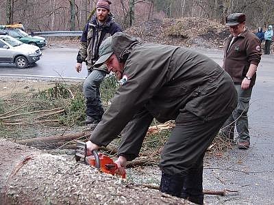 Do řezání stromů, které zneprůjezdnili silnice, se museli pustit i strážci Národního parku Šumava.