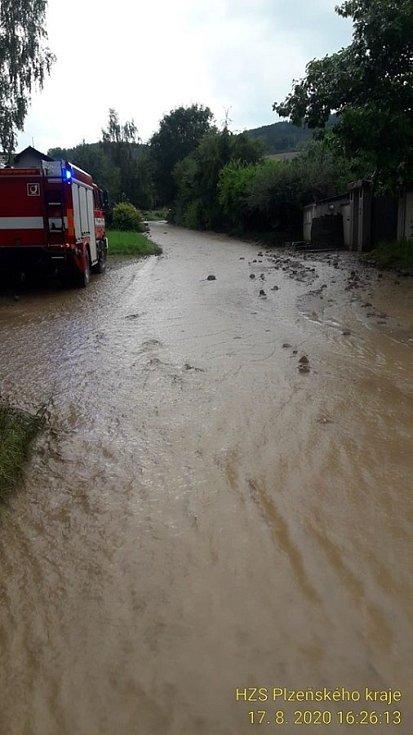 Splavená voda z polí v Neznašovech.